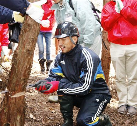 間伐を体験する中田英寿氏